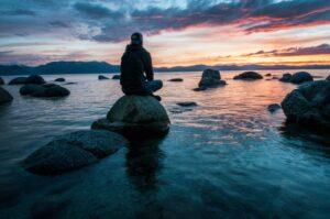 海を眺める人