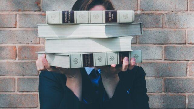 本を抱えてる人